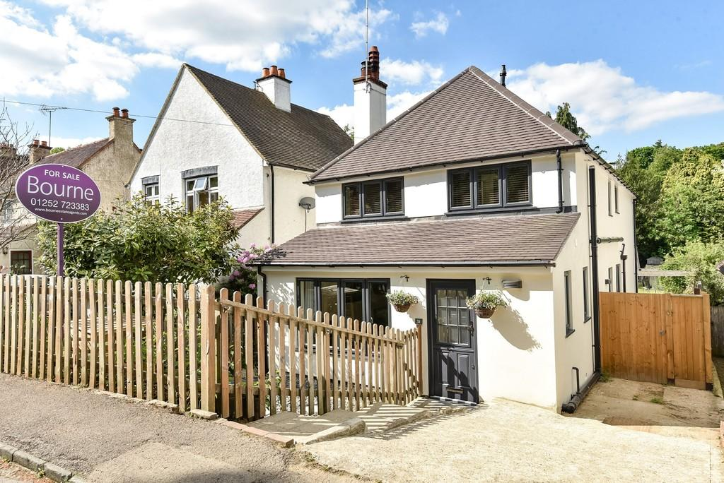 4 Bedrooms Detached House for sale in Burnt Hill Road, Farnham