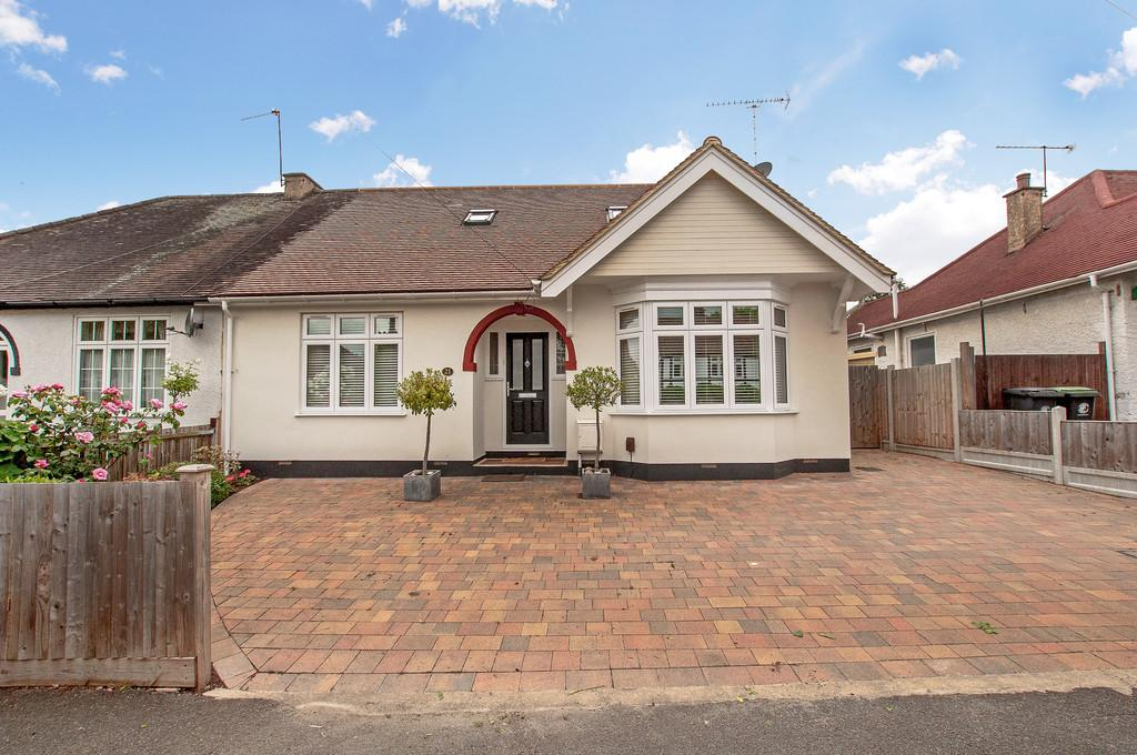 4 Bedrooms Semi Detached Bungalow for sale in Brooklyn Avenue, Loughton