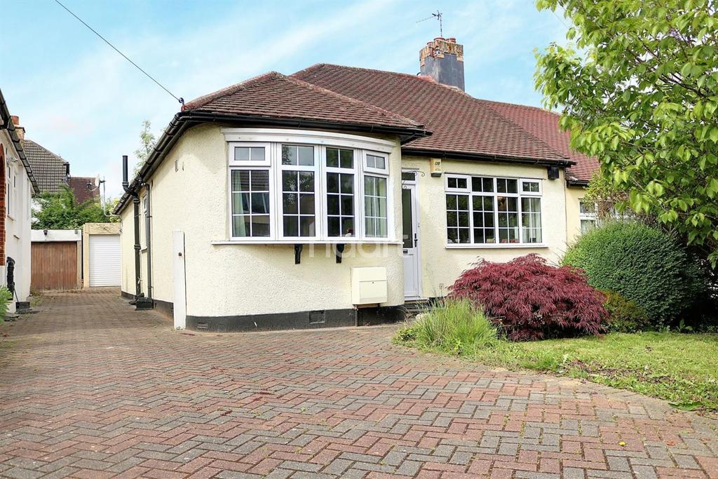 2 Bedrooms Bungalow for sale in Walden Way, Hornchurch