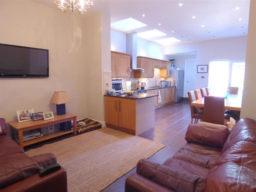 3 Bedrooms Town House for sale in 10 York Road, Beverley, East Yorkshire, HU17 8DP