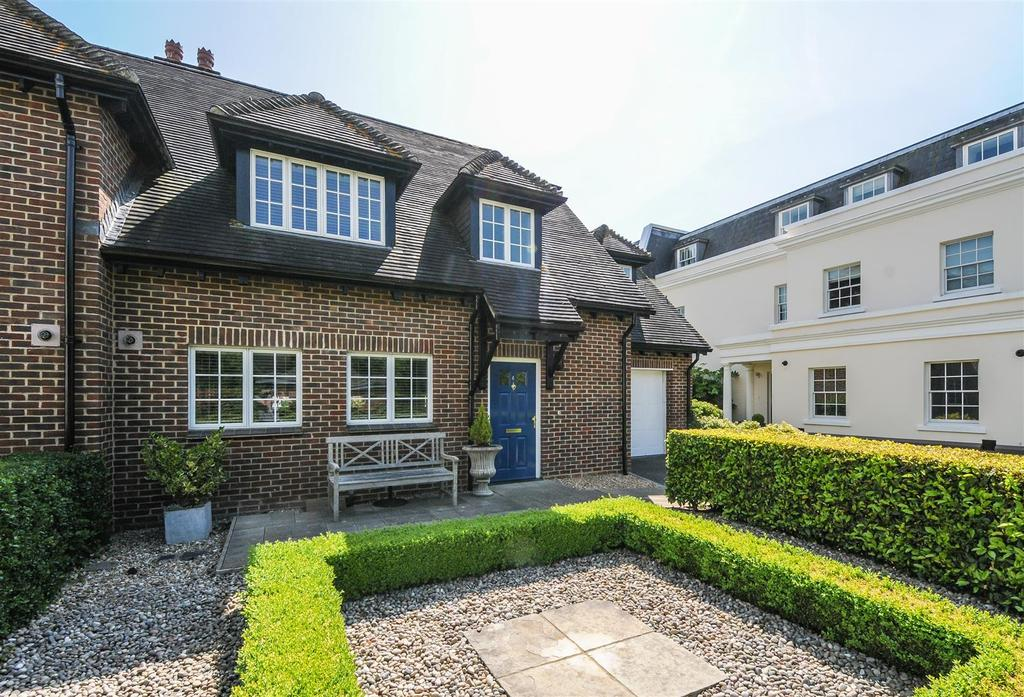 3 Bedrooms Semi Detached House for sale in Tortington, Arundel