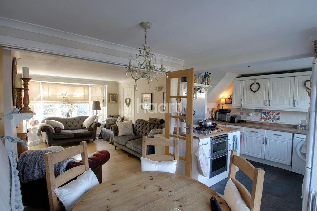 3 Bedrooms Semi Detached House for sale in Simpson Road, South Hornchurch