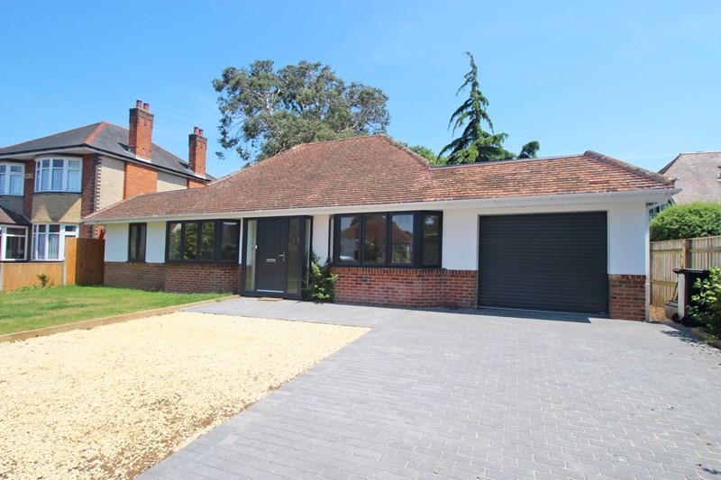 3 Bedrooms Detached Bungalow for sale in Oak Avenue, Christchurch