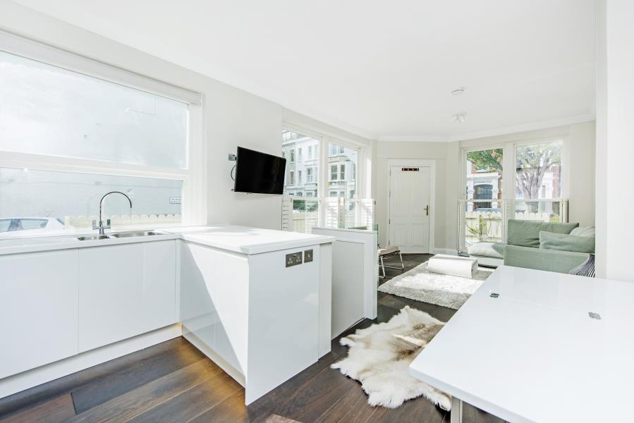 3 Bedrooms Flat for sale in Waldemar Avenue, Fulham
