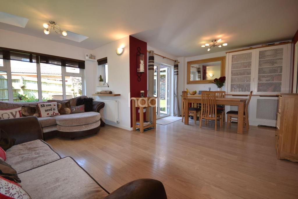 4 Bedrooms Detached House for sale in Queen Eizabeth Park, Guildford, Surrey