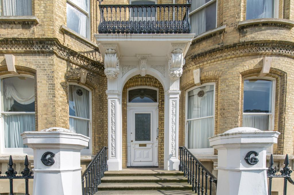 2 Bedrooms Apartment Flat for sale in Grand Avenue, Hove, BN3 2LF