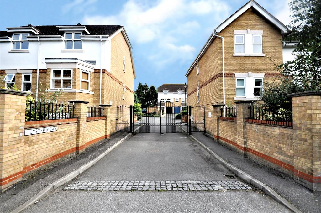 2 Bedrooms Apartment Flat for sale in Lyster Mews, Cobham
