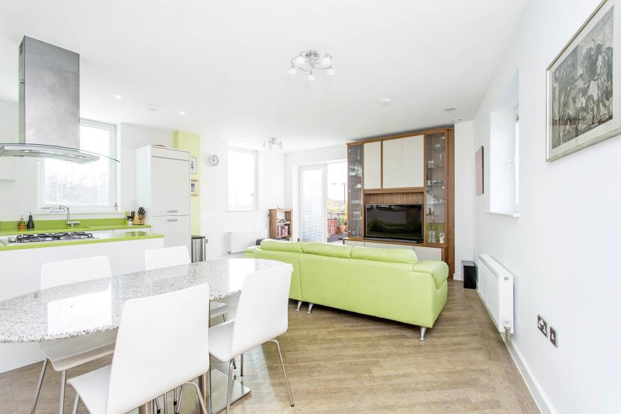 2 Bedrooms Flat for sale in Norstead Place, Putney Vale