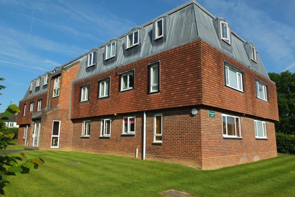 2 Bedrooms Flat for sale in Caxton Way, Haywards Heath, RH16