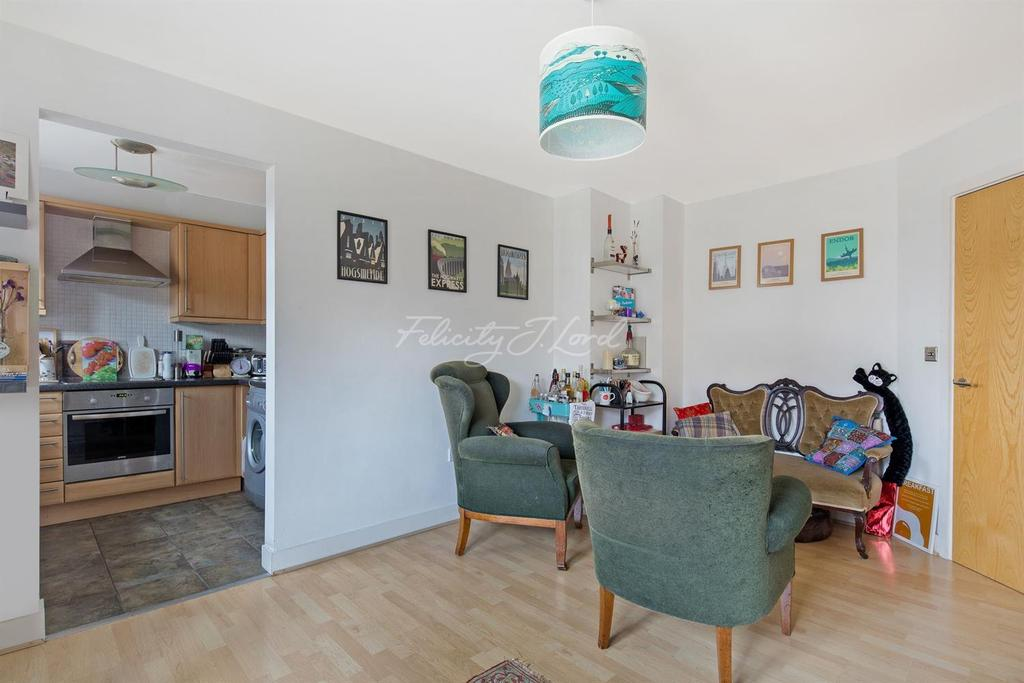 2 Bedrooms Flat for sale in Brook Square, SE18