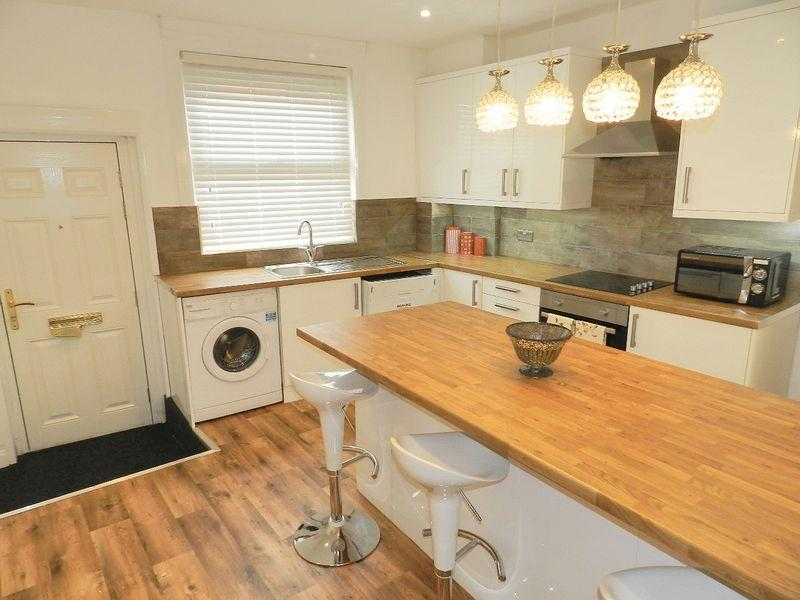 6 Bedrooms Terraced House for sale in Branksome Place, Leeds