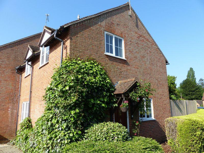 3 Bedrooms Semi Detached House for sale in Bisham