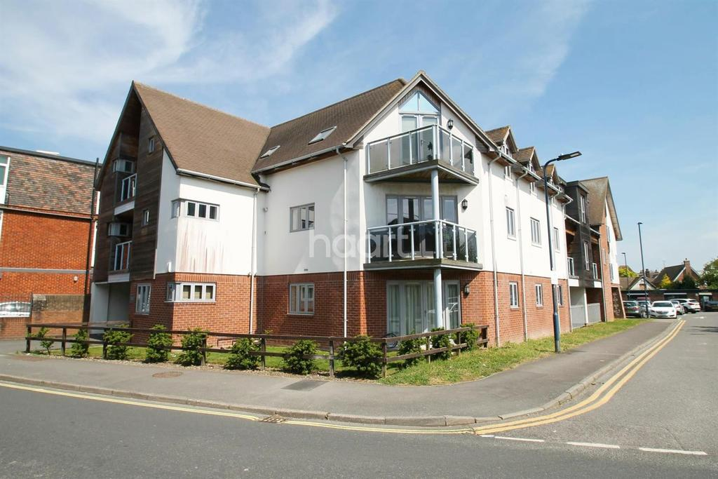 2 Bedrooms Flat for sale in Charles Street, Petersfield, Hampshire