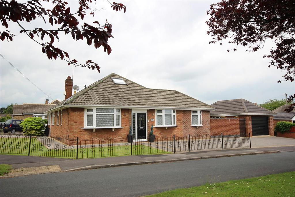 3 Bedrooms Detached Bungalow for sale in Four Acre Close, Kirk Ella, Hull