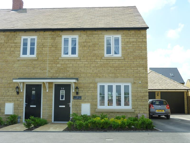 3 Bedrooms Semi Detached House for sale in Tumbler Way, Carterton, Oxon