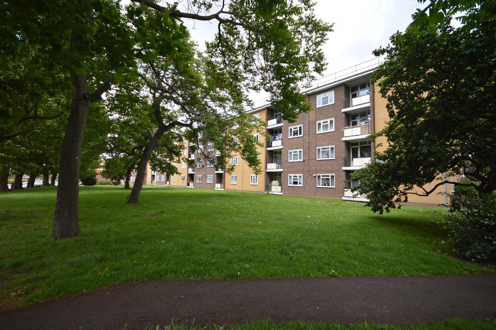 3 Bedrooms Flat for sale in Bromley Road London SE6