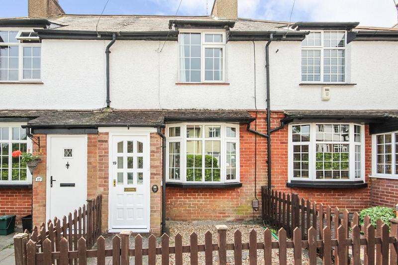 3 Bedrooms Terraced House for sale in Sandlands Road, Walton On The Hill, Tadworth, Surrey. KT20 7XB