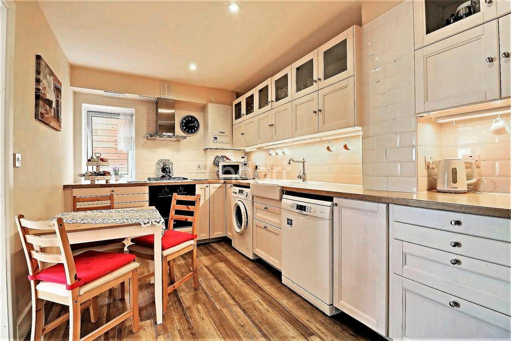 3 Bedrooms Flat for sale in Balfour House, High Road, Ilford, Essex
