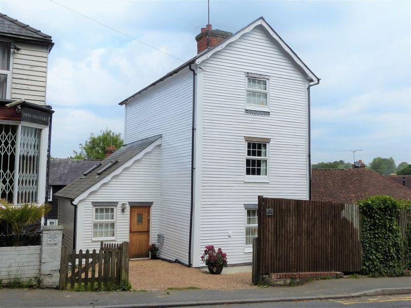 4 Bedrooms Detached House for sale in Moor Hill, Hawkhurst