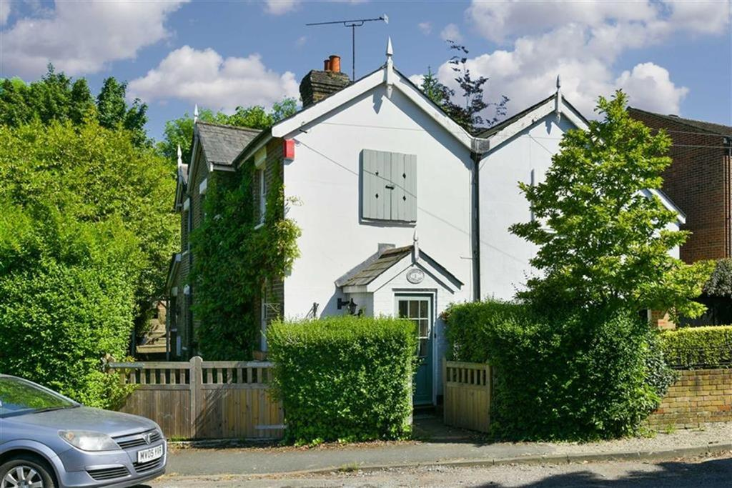 2 Bedrooms Semi Detached House for sale in Railway Cottages, Leatherhead, Surrey