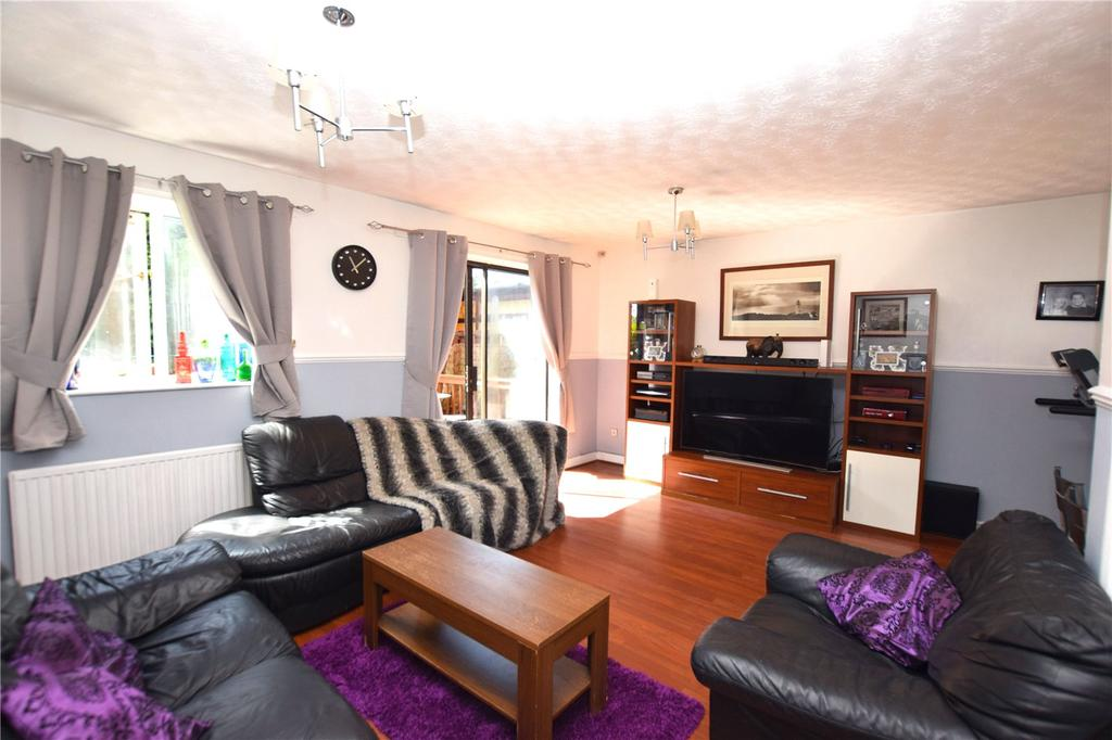 3 Bedrooms Semi Detached House for sale in Eaton Square, Leeds, West Yorkshire, LS10