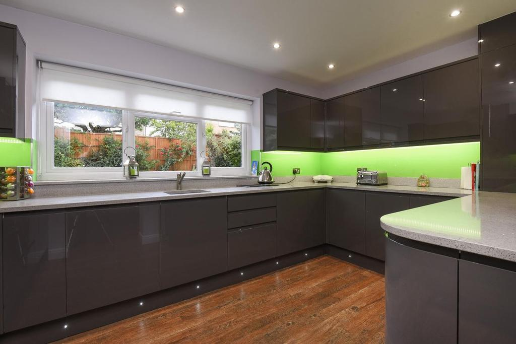 4 Bedrooms Detached House for sale in Hurstfield, Bromley, BR2