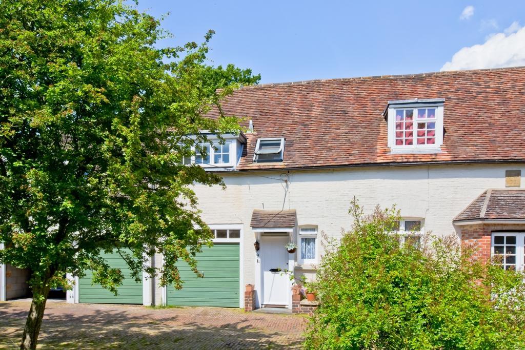 2 Bedrooms Flat for sale in Butlers Green Road, Haywards Heath, RH16