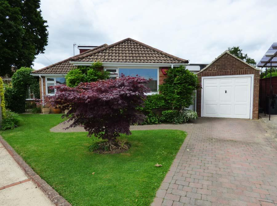 3 Bedrooms Bungalow for sale in Wyberlye Road, Burgess Hill, RH15