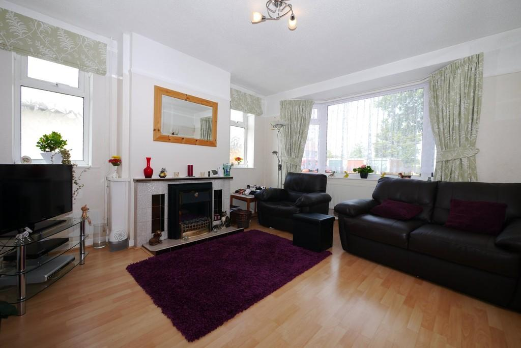 3 Bedrooms Semi Detached House for sale in The Drive, Oulton Broad, Lowestoft