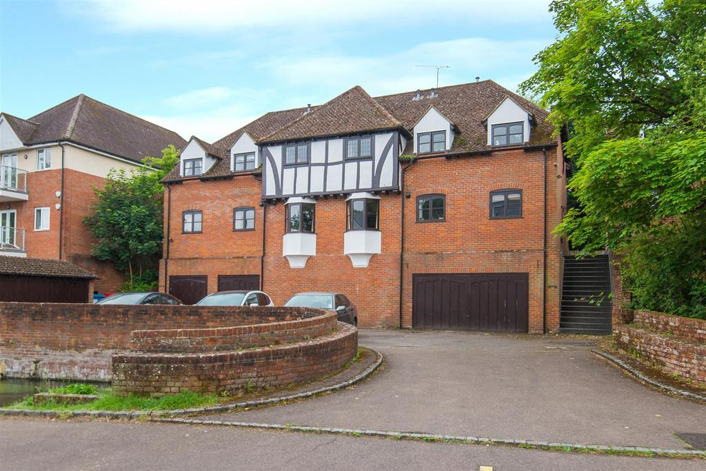 3 Bedrooms Flat for sale in Bassetsbury Lane, High Wycombe