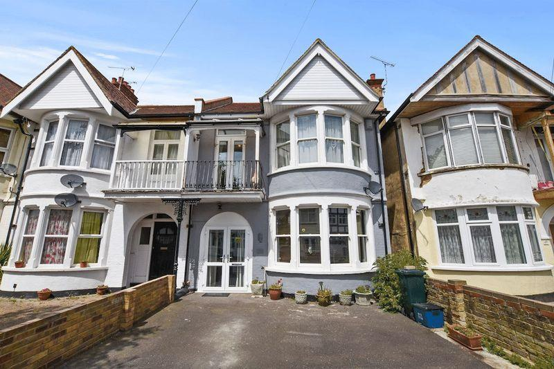 4 Bedrooms Semi Detached House for sale in Shaftesbury Avenue, Thorpe Bay