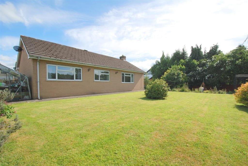 3 Bedrooms Detached Bungalow for sale in Llanidloes Road, Newtown