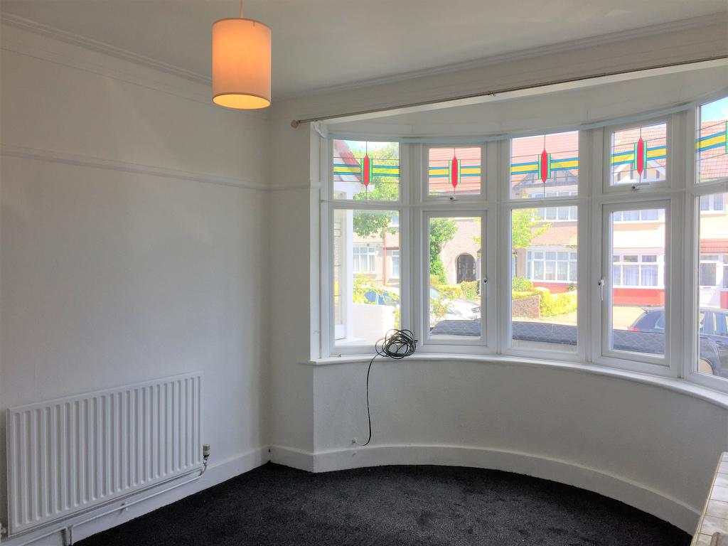 3 Bedrooms House for rent in Applegarth Drive, Ilford, London IG2