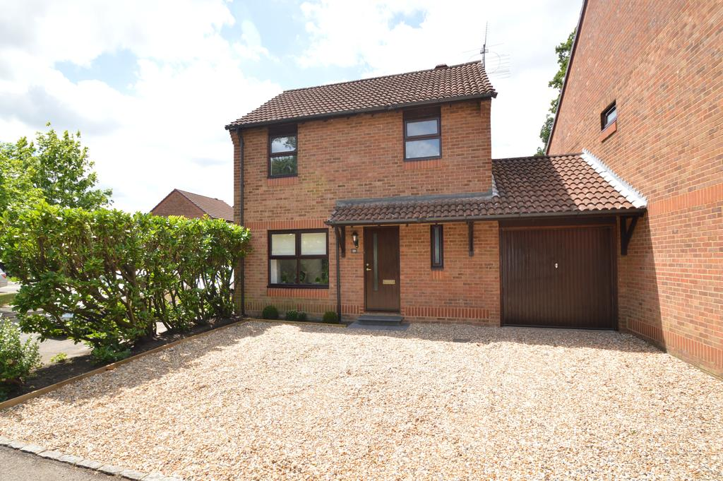 3 Bedrooms Link Detached House for sale in Fisher Close, WALTON ON THAMES KT12