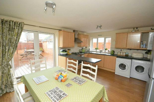 3 Bedrooms Semi Detached House for sale in Carson Avenue, GRIMSBY