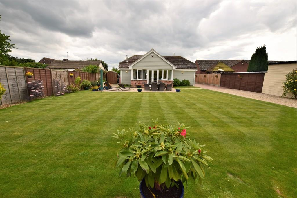 4 Bedrooms Detached Bungalow for sale in The Birches, Sudbury Road,Newton, Sudbury. CO10 0QH