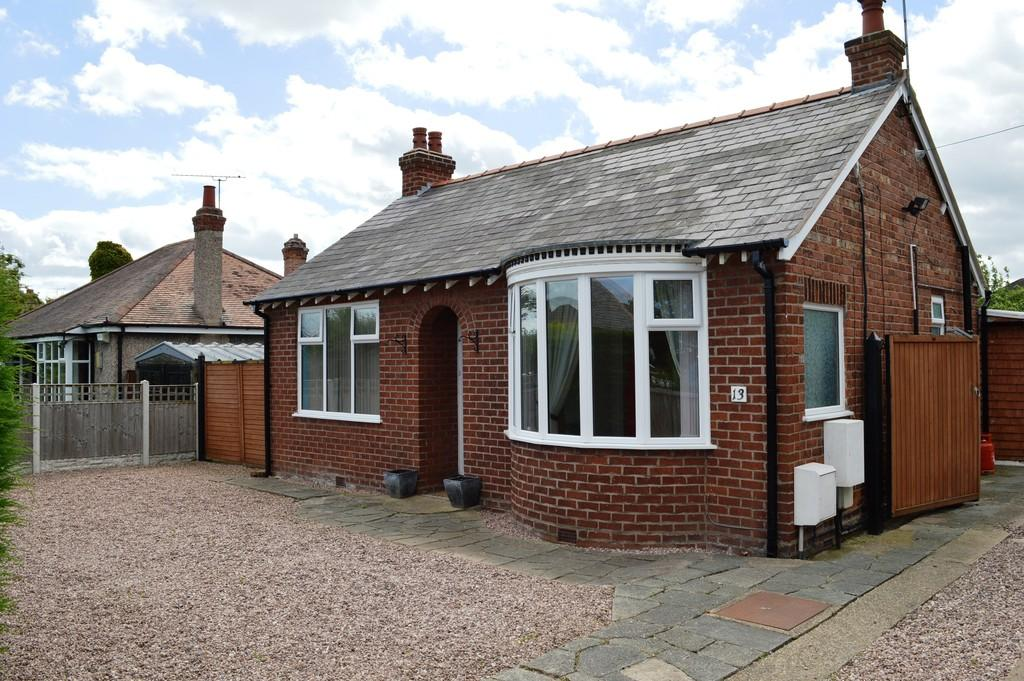 3 Bedrooms Semi Detached Bungalow for sale in Hillside Road, Chester,