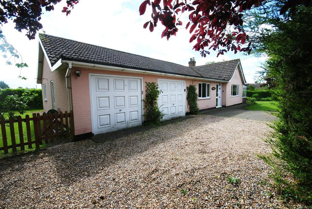 3 Bedrooms Detached Bungalow for sale in The Close, Roydon