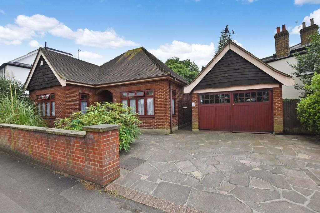 2 Bedrooms Detached Bungalow for sale in Spratt Hall Road, Wanstead