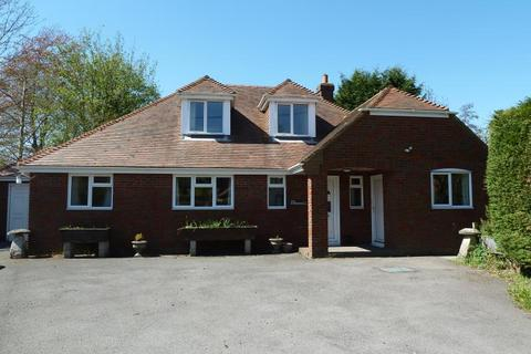 4 bedroom detached bungalow to rent - Enford