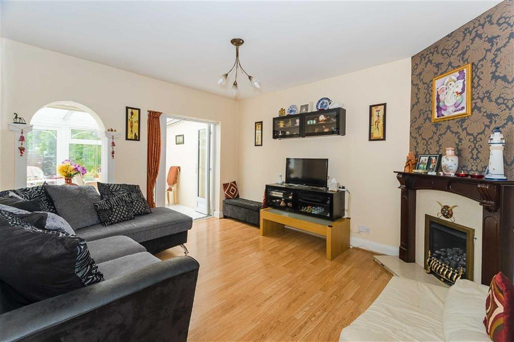 3 Bedrooms Semi Detached Bungalow for sale in Eastern Avenue, Pinner, Middlesex