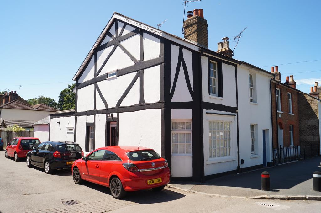 2 Bedrooms Cottage House for sale in Pantile Road, Weybridge KT13