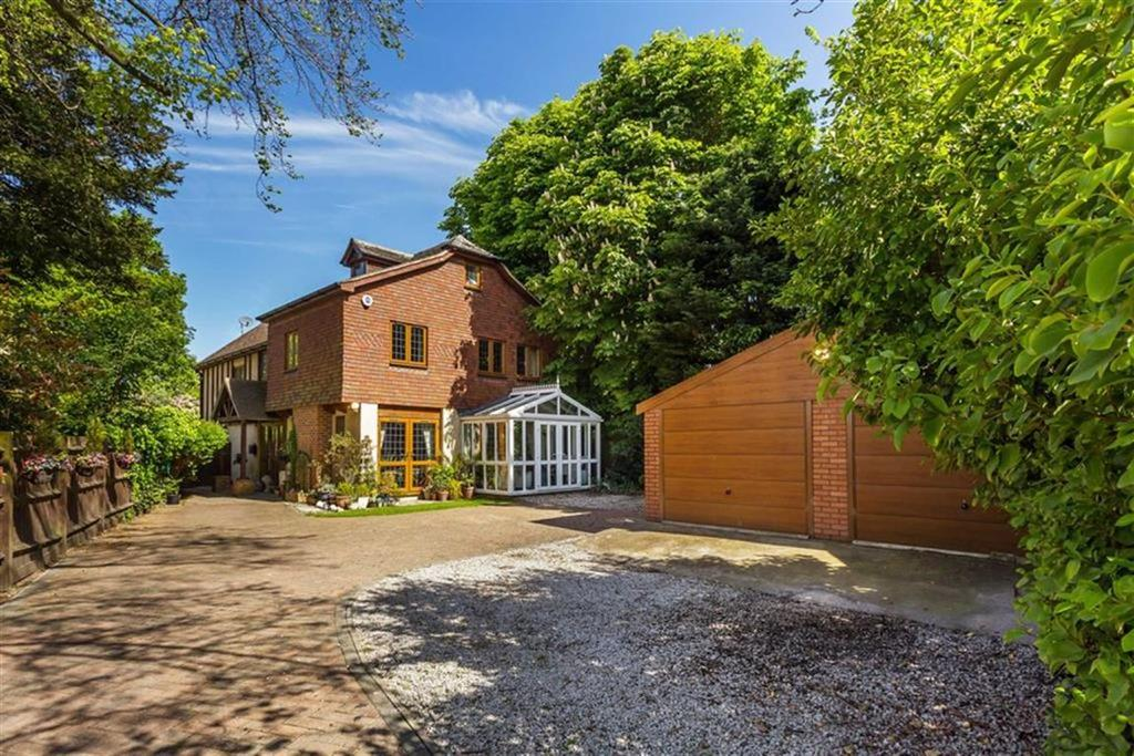 5 Bedrooms Detached House for sale in Chislehurst Road, Bickley, Kent