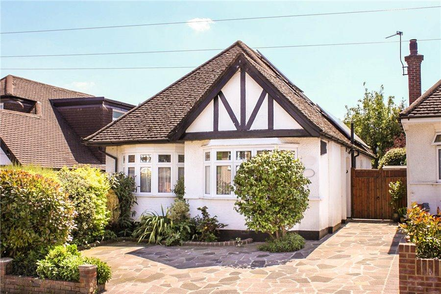 3 Bedrooms Detached Bungalow for sale in Richmond Way, Croxley Green, Herts WD3