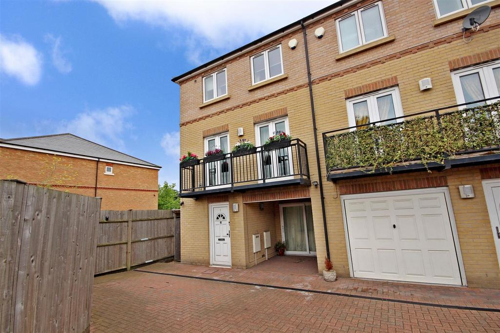 3 Bedrooms End Of Terrace House for sale in Marston Court, Greenhithe
