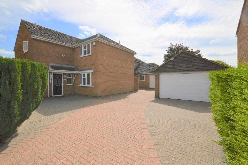 5 Bedrooms Detached House for sale in Sheringham Close, Luton, Bedfordshire, LU2 7AN