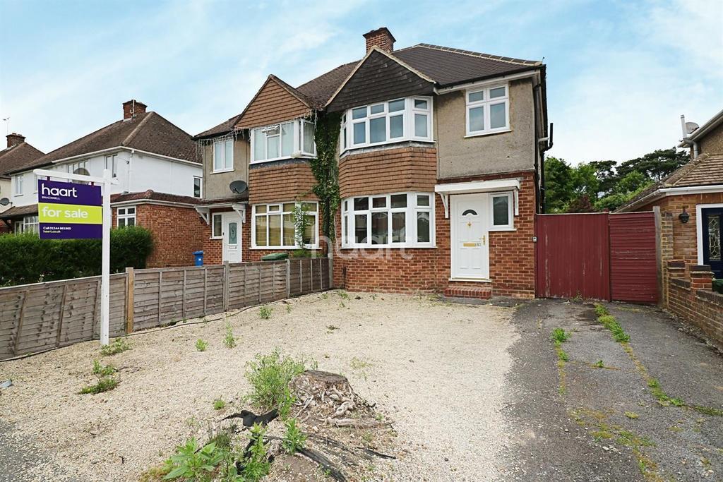 3 Bedrooms Semi Detached House for sale in Deepfield Road, Bracknell.