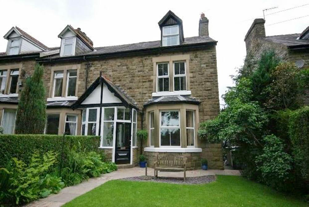 4 Bedrooms Semi Detached House for sale in Crowestones, Buxton