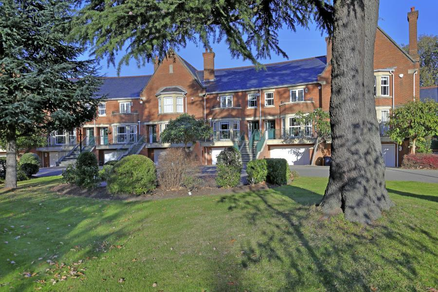 5 Bedrooms Town House for sale in St Ann's Park, Virginia Water