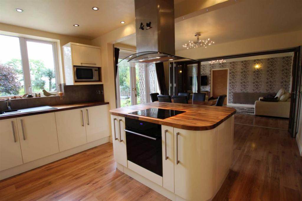 5 Bedrooms Detached House for sale in Manor Drive, Hilton, Yarm